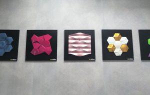 Azulejos con relieve y formas geométricas.
