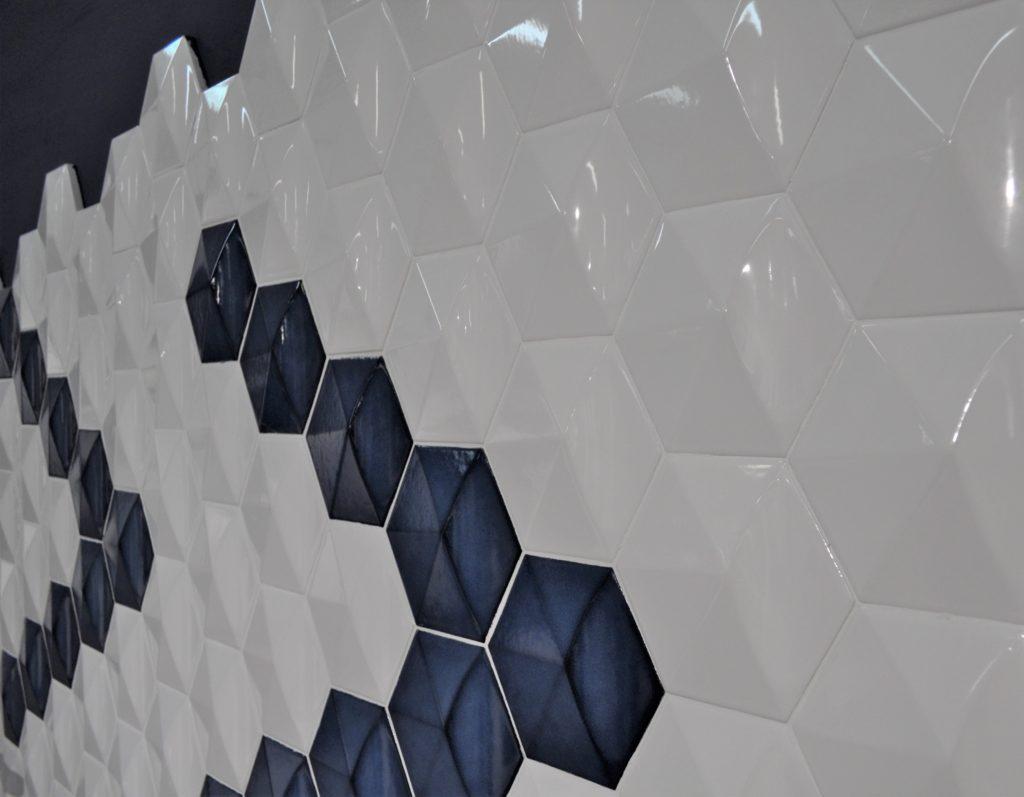 Azulejo hexagonal con relieve.