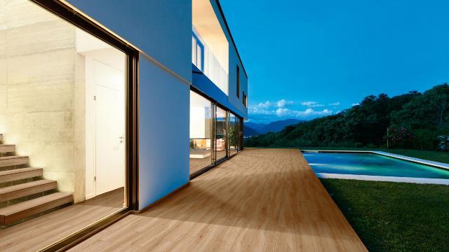 Pavimento imitación madera.
