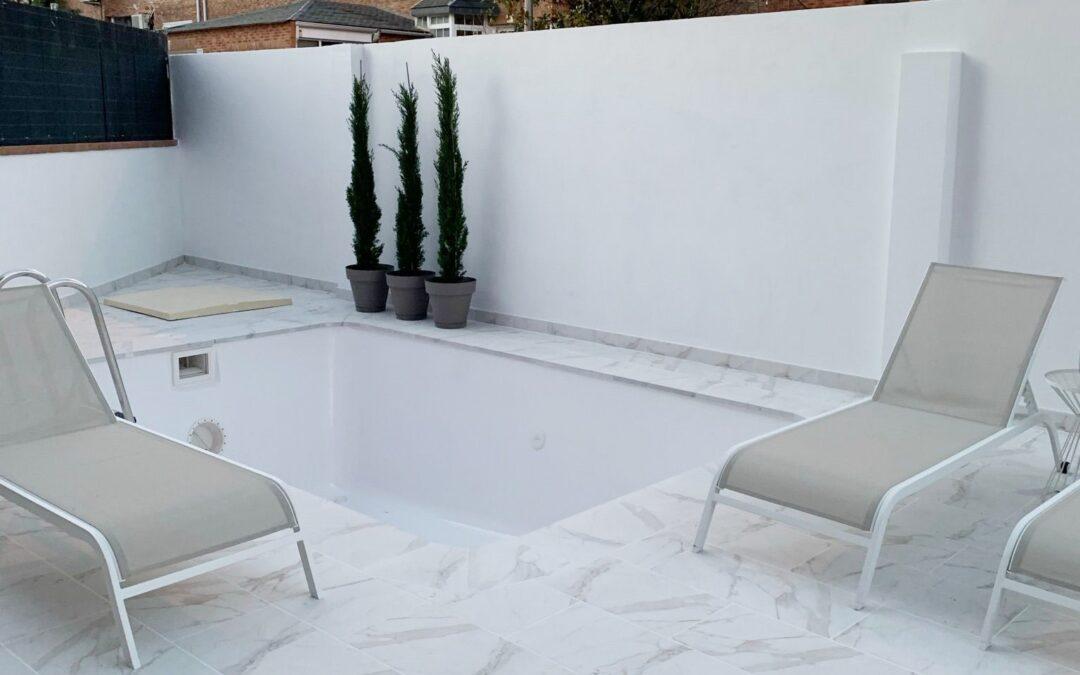 Patio con suelo efecto mármol